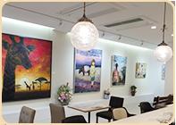 一般的なギャラリーよりも天井を高く設計しているため、大型作品の展示も可能です。